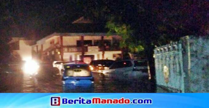 Sejumlah kendaraan yang parkir Gedung Pingkan Matindas terendam banjir