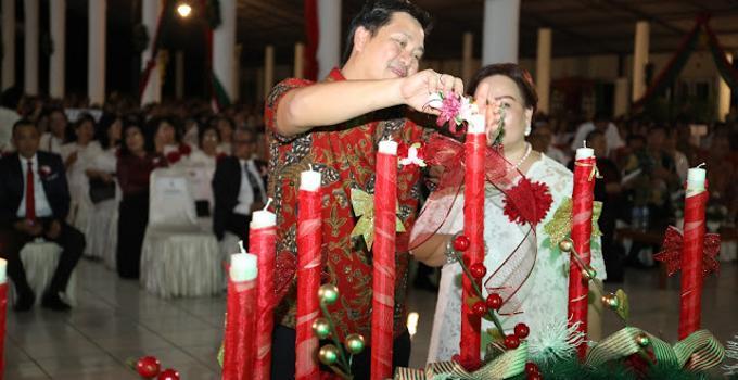 Wagub STEVEN KANDOUW memasang lilin Natal