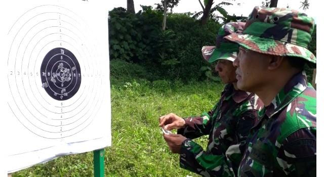 Mayor Inf I Komang Suarsa saat memeriksa hasil tembak prajurit