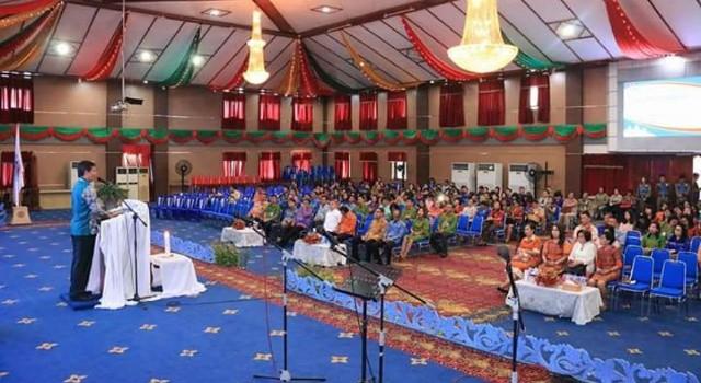 Vicky Lumentut saat membawakan sambutan di ibadah natal Yesus Kristus Pemkot Manado
