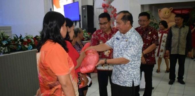 Wali kota dan Wawali Bitung saat menyerahkan bantuan lansian serta panti asuhan