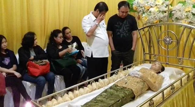 Wakil Bupati Minahasa Ivan Sarundajang saat melayat ke rumah duka. (Foto:IST)