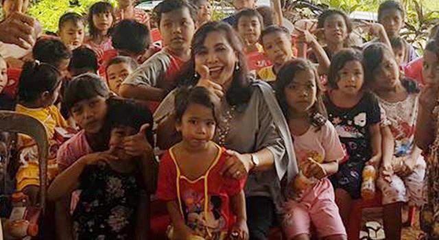 Debby Bukara saat bersama anak-anak di Kilo Lima Manado. (Foto:IST)