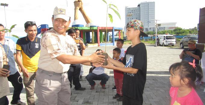 Kapolda Bambang Waskito menyerahkan bibit pohon kepada seorang anak
