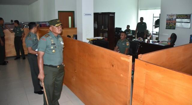 Pangdam XIII/Merdeka Mayjen TNI Ganip Warsito saat melaksanakan inspeksi di ruangan kantor yang ada di Makodam