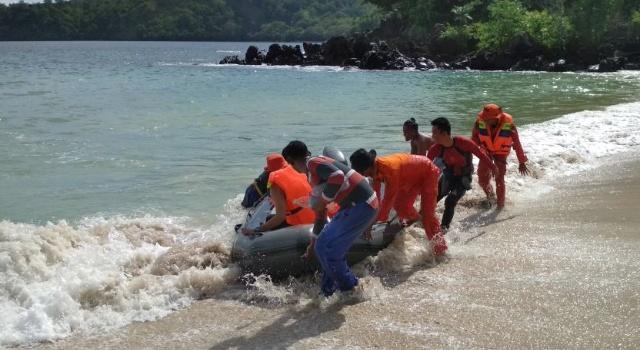 Proses operasi pencarian korban di Pantai Pulisan.
