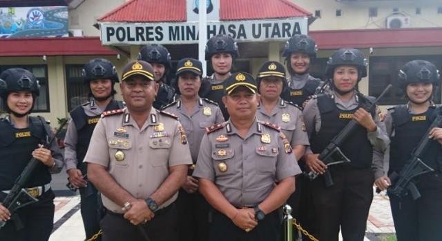 Kapolres Minut AKBP Alfaris Pattiwael SIK MH, didampingi Wakapolres Kompol Dewa Made Palguna SH SIK bersama Polwan Polres Minut.