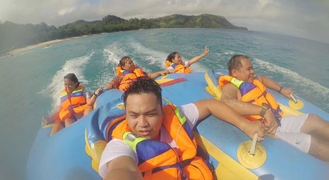 Salah satu ragam olahraga air, sambil melihat indahnya alam Pantai Pall, baik pemandangan pulau dan laut.