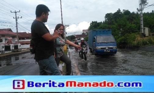 Hah !!! Balai Jalan Provinsi Sulut Ciptakan Kolam di Ruas Jalan Amurang