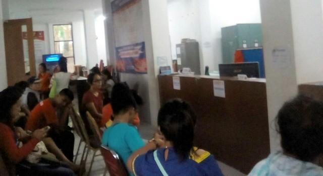 Suasana Kantor Disdukcapil Minut yang dipadati masyarakat, namun tidak terlihat aktifitas petugas.