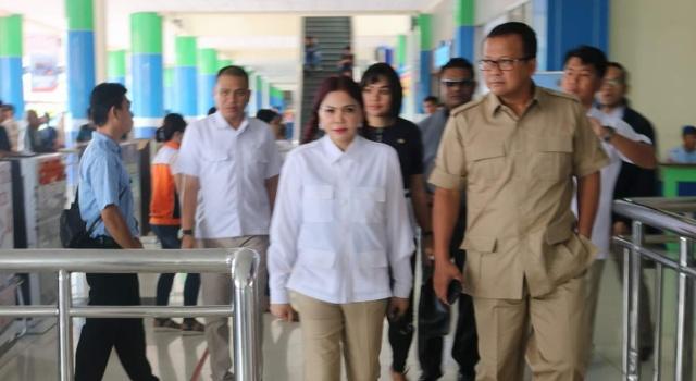 Ketua DPD Gerindra Sulut Vonnie Panambunan menjemput kedatangan Wakil Ketua Umum DPP Gerindra, Edhy Prabowo di Bandara Sam Ratulangi Manado.