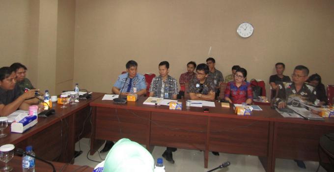 James Karinda mmeimpin rapat bersama kepala-kepala sekolah SMK dan SMA Negeri di Manado