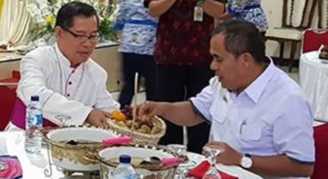 Bupati Minahasa Jantje W Sajow bersama Uskup Manado Mgr Benediktus Estephanus Rolly Untu MSC saat jamuan makan siang. (Foto:IST)