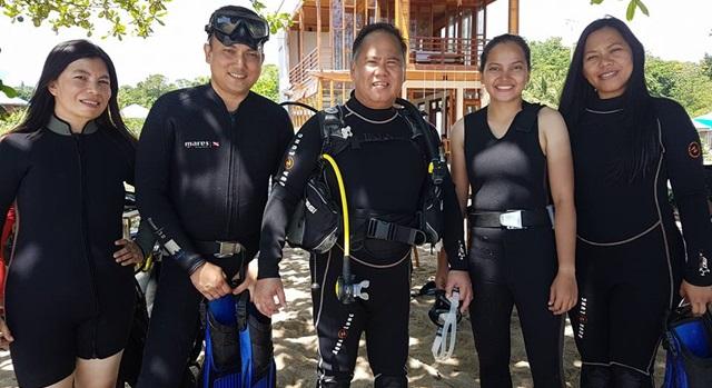 Jeffry Korengkeng (tengah) usai melakukan penyelaman di Pantai Parentek. (Foto:IST)