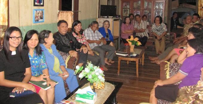 Pdt Yolanda Komimbing bersama jemaat Kolom 13