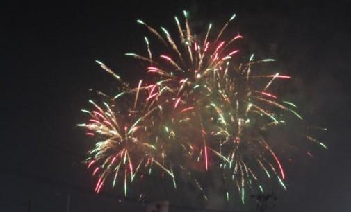 Menyaksikan Pesta Kembang Api Pisah Tahun, Warga Rela Datang di Sini Sejak Sore