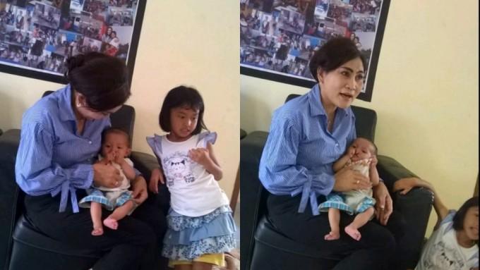Khouni ketika mengunjungi tiga anak yang diterlantarkan ibunya di Tanjung Merah