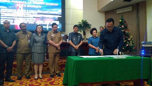 Wakil Ketua DPRD Ricahrd Sualang saat hendak menandatangani dua Ranperda.