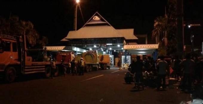 Aksi pemblokiran yang dilakukan para sopir di pintu masuk Terminal Petikemas Kota Bitung