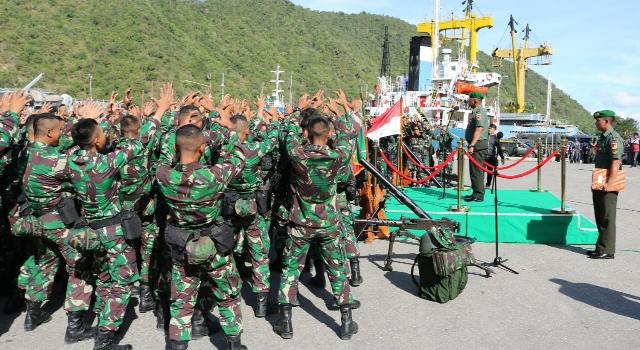 Prajurit Yonif Brigif 715 membawakan yel-yel dihadapan Mayjen TNI Ganip Warsito sebagai tanda siap menjalankan tugas dengan semangat