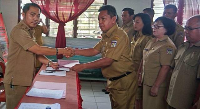 Refly Moningka saat masih menjabat sebagai Sekretaris Kecamatan Kakas. (Foto:IST)