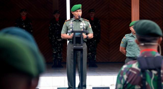 Brigjen TNI Robert Joseph Giri saat membacakan amanat Panglima TNI di Makorem 131/Santiago