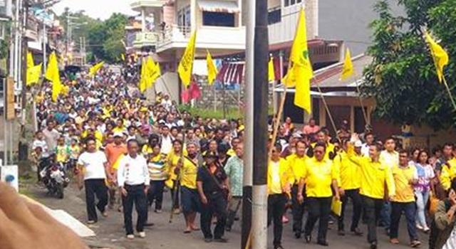 Ronald Takarendehang dan Rodolf Parera saat dihantar massa pendukung mendaftar di Kantor KPU Sitaro. (Foto:IST)