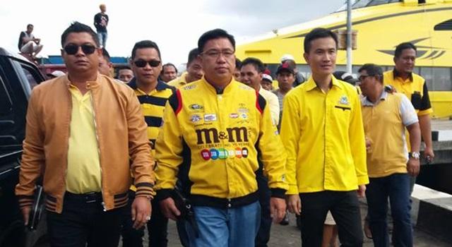 Sekreatris DPD I partai Golkar Tonny Lasut (tengah) saat mendampingi pendaftaran Ronald Takarendehang dan Rodolf Parera. (Foto:IST)