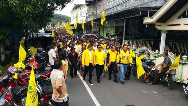 Massa pendukug Ronald Takarendehang dan Rudolf Parera. (Foto:IST)
