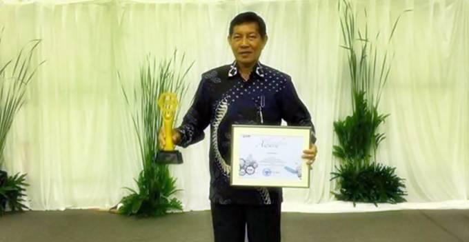 Wali Kota Manado Vicky Lumentut menerima penghargaan