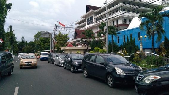 Pemandangan seperti ini sering terlihat di depan kantor Wali Kota Manado.(Foto:anes/beritamanado.com)