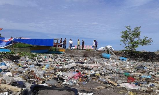 Sampah menjadi salah satu tugas dan tanggungjawab Kepala Lingkungan di wilayahnya.(foto:Cilo/beritamanado.com)