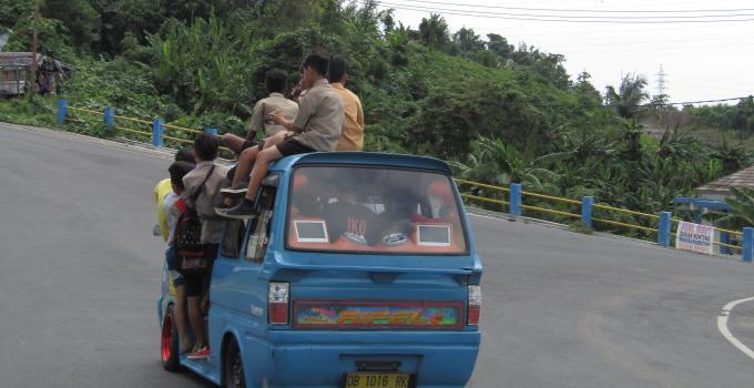 Aksi membahayakan anak-anak sekolah