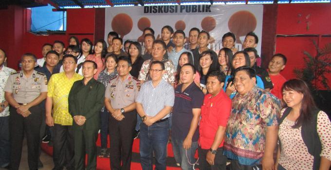 Kapolda Bambang Waskito foto bersama wartawan dan Ketua Komisi 1 DPRD Sulut Ferdinand Mewengkang dan akademisi Unsrat Ivan Kaunang