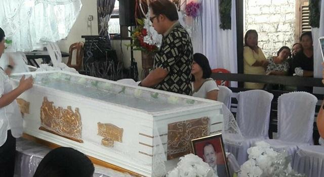 Careig Naichel Runtu saat berada di samping peti jenazah Pdt Nico Kojongian STh MA.