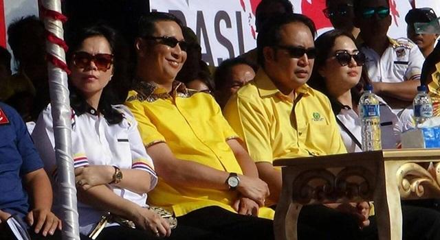 Ivan Sarundajang dan Careig Naichel Runtu tak menunjukkan gerak-gerik untuk melawan panas matahari sore pada acara Kampanye Damai. (Foto:IST)