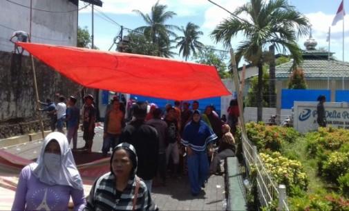 Tuntut Pesangon, Ratusan Karyawan Tidur di Pintu Masuk PT Delta