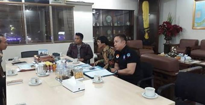 Ketua umum LPAI Kak Seto didmpingi Ketua LPAI Sulut E.K Tindangen bersama Kapolda Bambang Waskito mendengarkan penjelasan Kapolresta Manado Surya Kumara ketika berada di Polda Sulut (Foto E.K Tindangen)