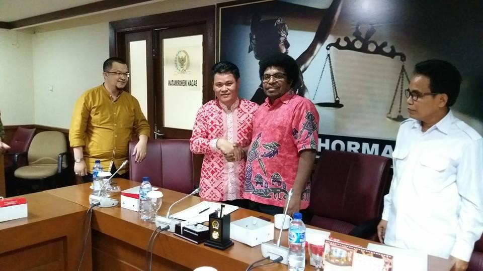 Emmanuel Tular (batik merah putih) saat berjabat tangan dengan Ketua Badan Kehormatan DPD RI Mervin Sadipun Komber. (Foto:IST)