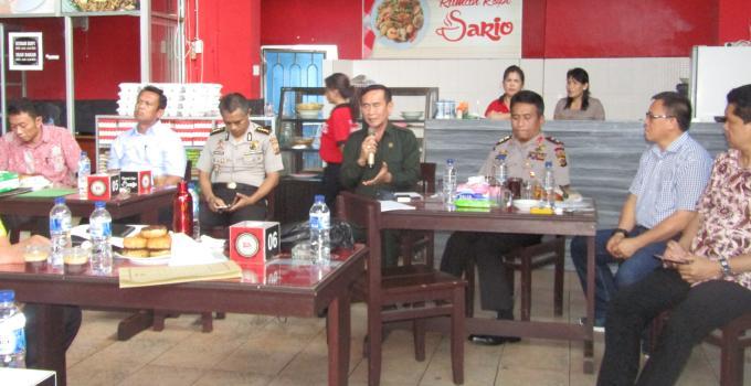 Ferdinand Mewengkang didmapingi Kapolda Bambang Waskito dan akademisi Unsrat Ivan Kaunang