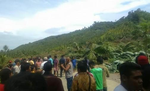 BERITA FOTO: Longsor Desa Blongko, Jalan Trans Sulawesi Macet Total
