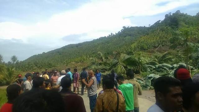 Material Longsor Menutupi Jalan trans Sulawesi