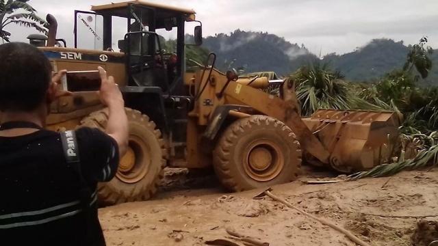 Kendaraan siaga di jalan trans Sulawesi