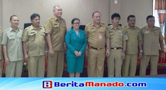 Ny Diana Dondokambey Kesanti (tengah, baju biru) usai dilantik.