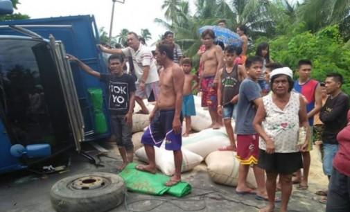 Sopir Mabuk !!! Truck Bermuatan Pakan Ternak Terbalik di Jalan Trans Sulawesi