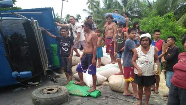 Truk Terbalik di Jalan Trans Sulawesi