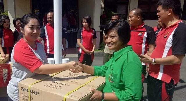 Ketua Bhayakari Minut Linda Pattiwael menyerahkan hadiah doorprize.