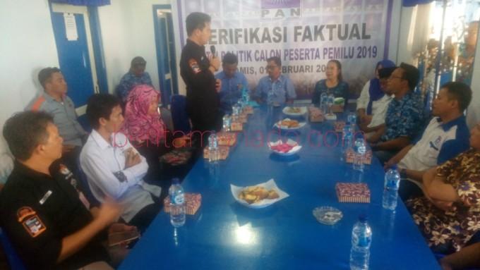 KPU saat melakukan verifikasi di Sekretariat DPD PAN Kota Bitung