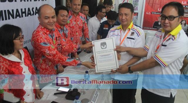 Ivan Sarundajang dan Careig Runtu saat menerima hasil penetapan pasangan calon dari Ketua KPU Minahasa