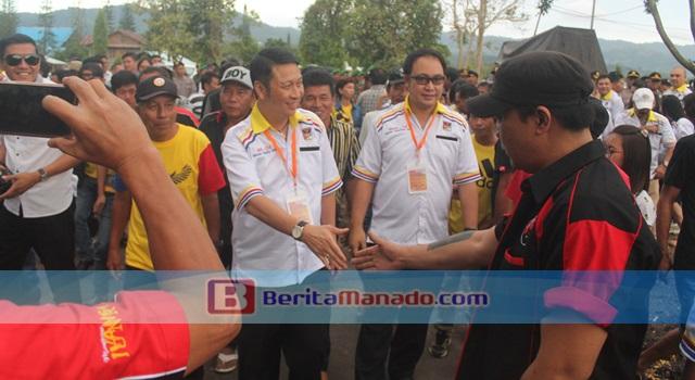 Ivan Sarundajang dan Careig Runtu berjabat tangan dengan para pendukung